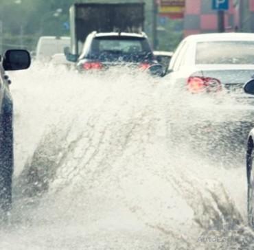 Безопасное вождение в дождь: водителям раскрыли главные секреты